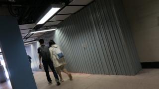 一对情侣走过港中大通往港铁大学站东进站口通道(6/1/2020)
