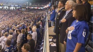 राष्ट्रगीतावेळी उभे प्रेक्षक