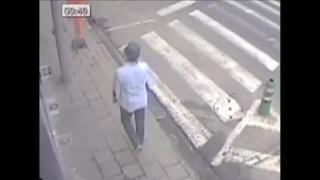 ブリュッセルの空港爆破容疑者の1人が事件後に市内を歩いている様子と思われる映像