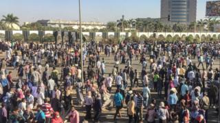 Des manifestants réunis devant l'état-major de l'armée soudanaise à Khartoum, samedi 6 avril