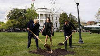 Председник Трамп и председник Макрон саде дрво пријатељства