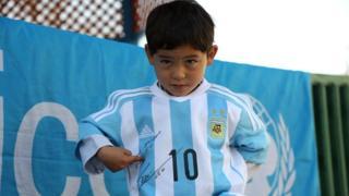 Murtaza Ahmadi muestra la firma de Messi en la camiseta que le regaló el astro argentino.