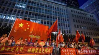 习近平访问香港期间,亲中人士打出欢迎横幅。