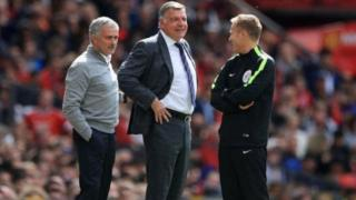 Sam Allardyce (a tsakiya) da Jose Mourinho (a hagu)
