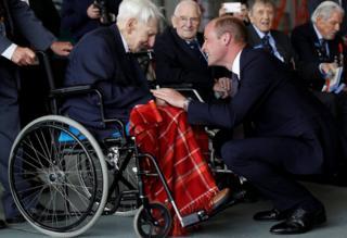 El príncipe Guillermo conversa con un piloto de la RAF durante la II Guerra Mundial.