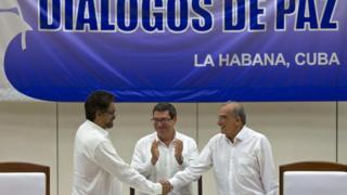 (Soldan sağa) FARC baş müzakerecesi Ivan Marquez, Küba Dışişleri Bakanı Bruno Rodriguez, Kolombiya hükümeti baş müzakerecisi Humberto de la Calle