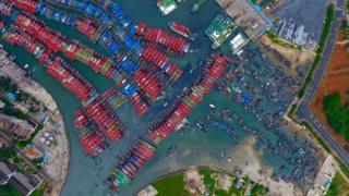 漁船在廣西北海電建漁港內避風(新華社圖片7/8/2017)