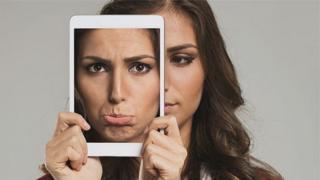 Mulher usa tablet para fazer selfie