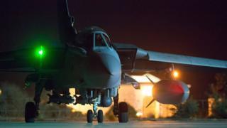 アクロティリ英空軍基地のトーネード戦闘爆撃機