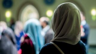 নারীরা মসজিদে নামাজ পড়ছেন