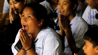 Тайские женщины молятся за детей