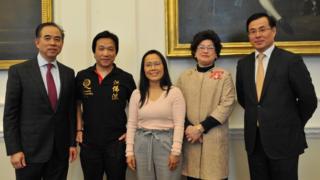 五位近兩年獲得女王嘉獎的英國華人新春之際在英國內閣辦公廳茶聚