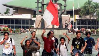 多个星期的示威后,印尼总统苏哈托辞去职务,结束30多年的统治。