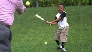 الطفل زيون هارفي يلعب البيسبول