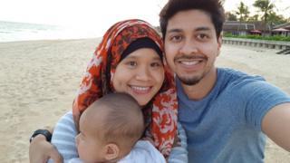 Mây cùng chồng Mohamed và con gái Maryam ở biển Thuận An, Huế. Hình chụp năm 2017.