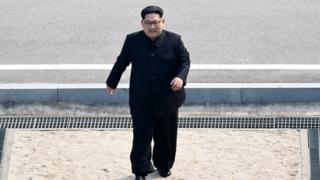 4월 27일 남북정상회담에서 김정은 위원장이 선택한 의상은 인민복이었다