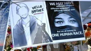 """صورة لامرأة مسلمة كُتب عليها """"إنسانية واحدة"""""""