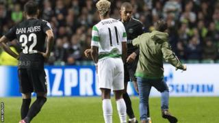 Shabiki alikimbia kuelekea kwa Kylian Mbappe uwanjani Celtic Park