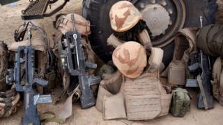 Des équipements militaires, notamment des fusils d'assaut de forces armées maliennes et de gilets pare-balles.