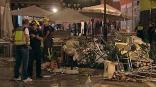 در این تصویر آتش نشانان و گروه امداد در محل تخریب شده بر اثر انفجار در یک رستوران در منطقه مالاگا در جنوب اسپانیا دیده میشوند
