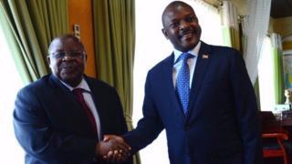 Uwahoze ari prezida wa Tanzania Benjamin Mkapa ari kumwe na Prezida Pierre Nkurunziza