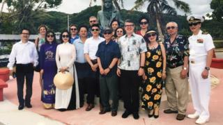 Phái đoàn người Mỹ gốc Việt tại tượng đài Lone Sailor ở Guam hôm 30/4/2019. Đứng bên bìa phải là Phó Đề đốc Hải quân Hoa Kỳ Nguyễn Từ Huấn