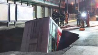Le bus de transport a été happé par le sol alors qu'il stationnait à l'arrêt (capture d'écran).