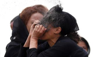 امرأة تنعى الحداد في موقع تحطم طائرة الخطوط الجوية الإثيوبية رحلة ET 302