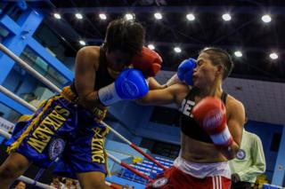 Huang Wensi fights in her match against Thailand's Jarusiri Rongmuang