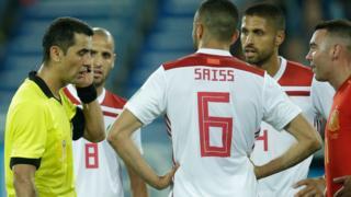 Les joueurs marocains autour de l'arbitre du match contre l'Espagne (2-2).