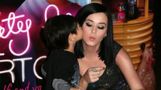 Katy Perry dey take kiss from pickin as dem launch her wax figure