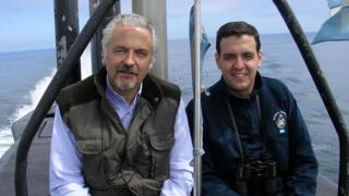 Pai e filho integrantes da Marinha argentina em foto de acervo pessoal
