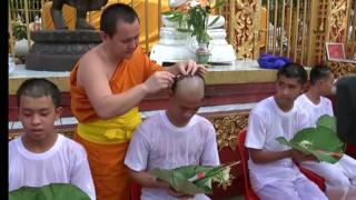 Meninos resgatados de caverna na Tailândia raspam cabeça em cerimônia budista; veja