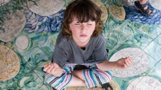 Хлопчик медитує
