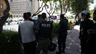 Tahran'da Meclis binasına saldırı haberi geldikten hemen sonra olay yerine polisler sevk edildi