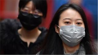 मास्क घातलेली चिनी महिला
