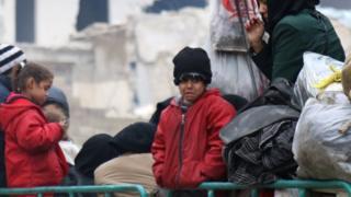 Imiryango y'ubutabazi ivuga ko abana bari muri benshi bategereje kwimurwa, bari mu bukonje bukabije mu burasirazuba bwa Aleppo, Siriya, 16/12/2016