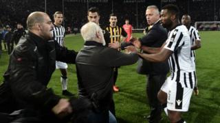 Le président de PAOK, Ivan Savvidis, a fait irruption sur la pelouse, arme à la ceinture.