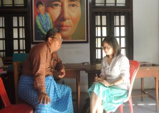 张翠容在缅甸访问全国民主联盟成员,昂出素季的肖像无处不在。