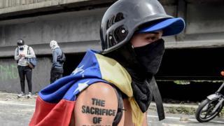 """Joven de la """"resistencia"""" encapuchado."""