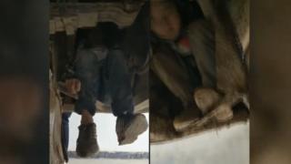 Los dos niños escondidos debajo del autobús en China (Foto: Southern Morning Post)