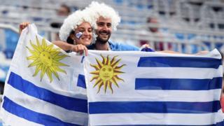 Dos uruguayos con banderas