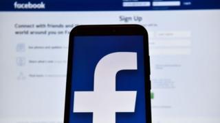 Logo de Facebook en smartphone