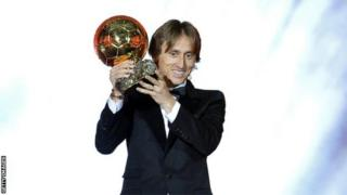 Luka Modric a remporté le Ballon d'Or masculin de l'an dernier, mettant fin à 10 ans de domination Messi-Ronaldo