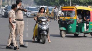 ટ્રાફિક નિયમન કરાવતા પોલીસ