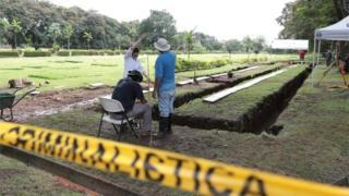Funcionários trabalham para exumar corpos em um cemitério particular na Cidade do Panamá, Panamá 16 de junho de 2020