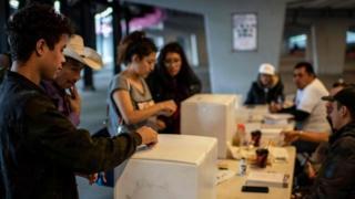 Votantes en la consulta