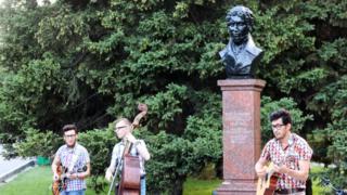 Группа The Frozen Gold выступает в городском парке на фоне памятника саратовскому губернатору начала XIX века Алексею Панчулидзеву.