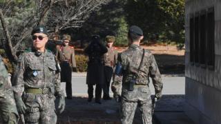 Soldados sul-coreanos (à frente) e da Coreia do Norte