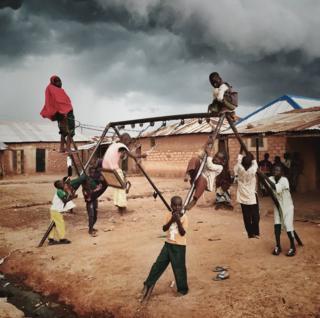 Oyun meydançasında oynayan uşaqlar
